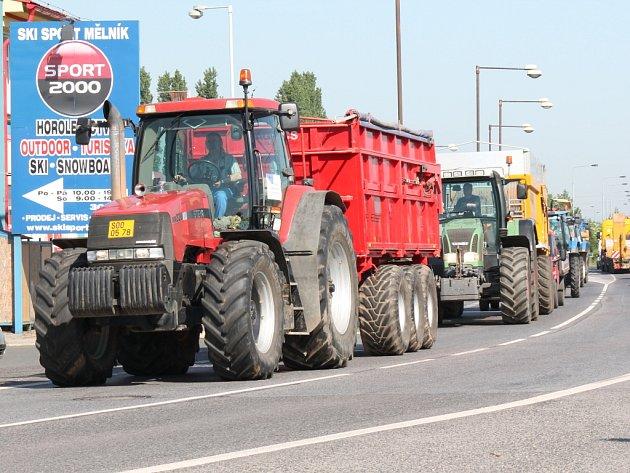 Do Mělníka včera vyrazila kolona traktorů. Zemědělci bojovali za zelenou naftu.