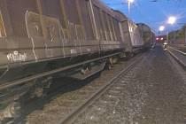 V Nelahozevsi vykolejily čtyři vozy nákladního vlaku.