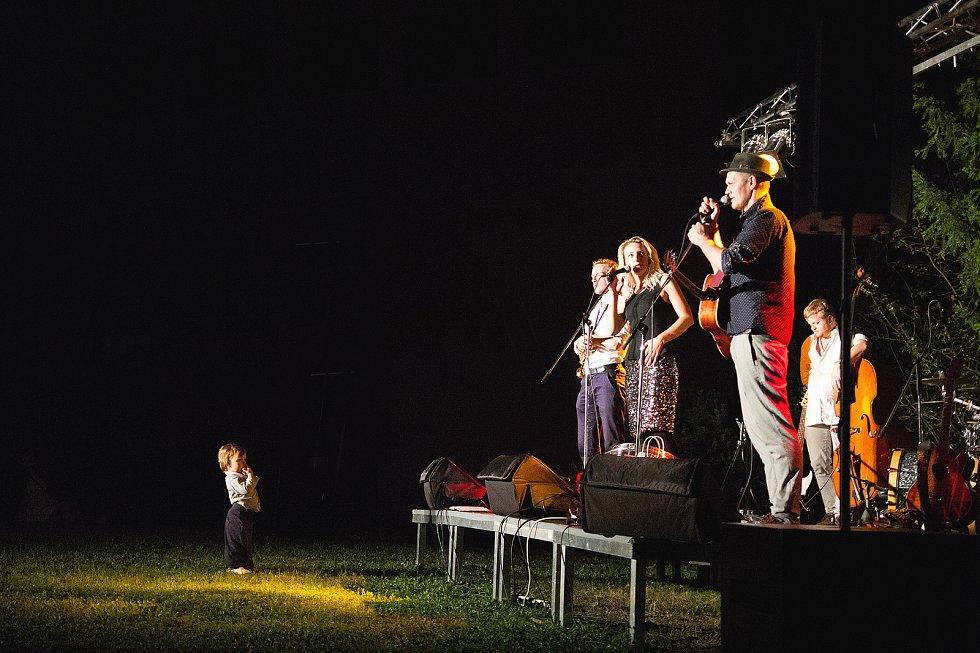 Hudebně divadelní představení nazvané Aniby Neřekla, ve kterém se nadšenému hledišti pod širým nebem představili Anna Polívková a Jakub Xavier Baro.