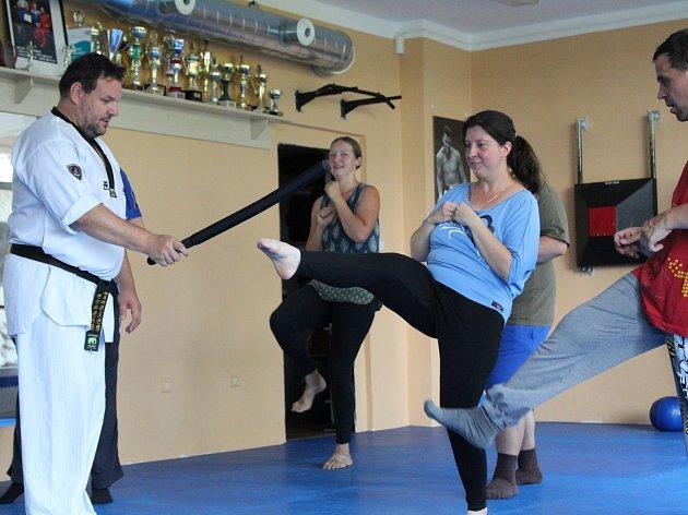 Každé úterý dopoledne už dva měsíce se Petr Limprecht a Radka Havelková z mělnické městské policie věnují duševně nemocným klientům z mělnické pobočky organizace Fokus.