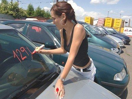 OJETINY SE NEPRODÁVAJÍ. Vozy nad sto tisíc nejdou na odbyt prakticky vůbec. A ty levnější mizerně.