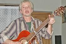 Výbornou atmosféru při diskuzních Dřevěných večerech vytváří Martin Patřičný slovem i písněmi