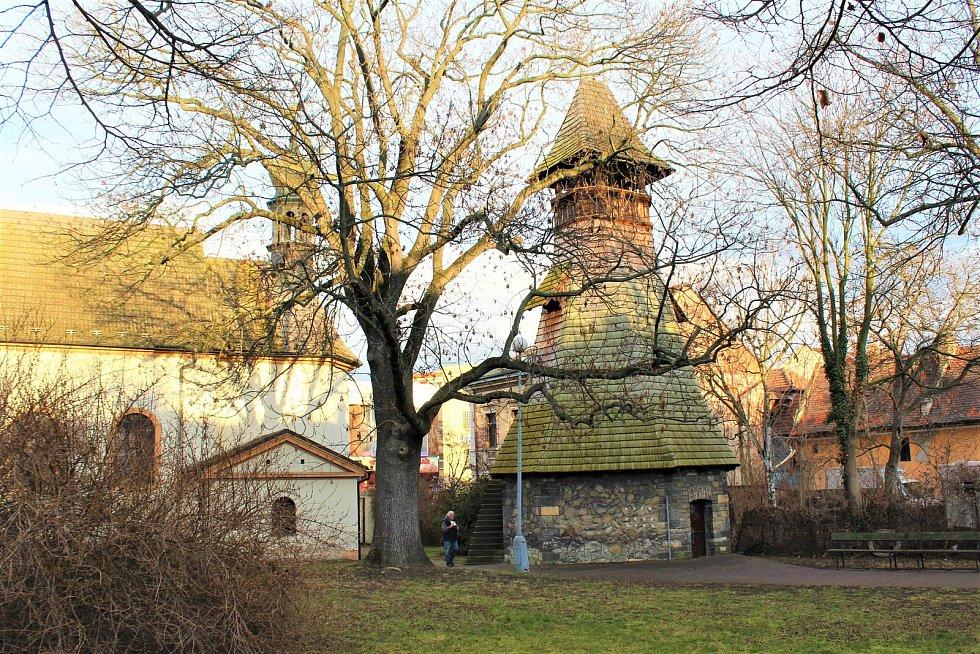 Dnešní podoba místa. Známky času na střeše zvonice i na domě stojícím za ní jsou patrné a stromy v celém parčíku značně povyrostly...