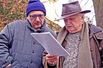 Ladislav Smoljak probírá před dalším záběrem text sežisérem Antonínem Vomáčkou.
