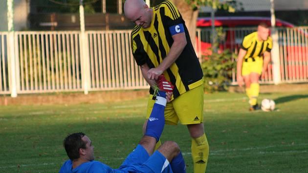 IV. třída: Velký Borek B (v modrém) - ST Všetaty/Čečelice (3:2 po penaltovém rozstřelu)