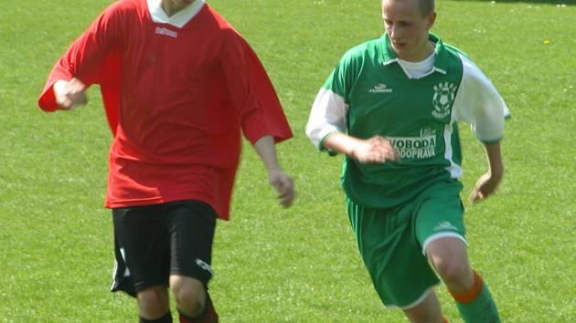 Z utkání 12. kola okresního přeboru Čečelice (v zeleném) - Beck Mělník (0:9).