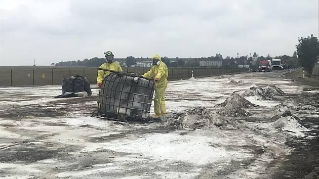 Poblíž Klíčan likvidovali hasiči masívní únik kyseliny na komunikaci.
