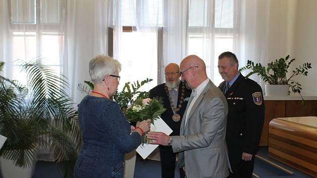 Mělnický starosta Ctirad Mikeš udělil čestné uznání Městské policie Mělník Heleně Jandíkové a Nataše Vítové za osobní statečnost při záchraně lidského života. Na snímku jedné z oceněných blahopřeje místostarosta Milan Schweigstill.
