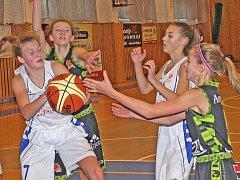 """Kralupské """"patnáctky"""" vybojovaly v žákovské basketbalové lize postup do extraligy (záběr je z nedělního zápasu v Kralupech s družstvem HB Basket Praha, lídrem soutěže."""