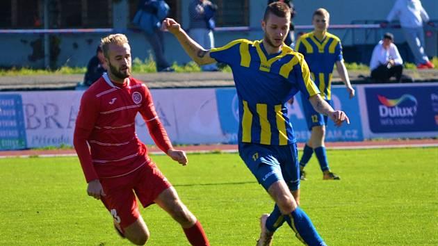 Fotbalisté Neratovic (u míče nejlepší střelec mužstva Jakub Moravec) jako by své góly vystříleli v předešlém domácím utkání se Štětím. Proti Aritmě se prosadili až za rozhodnutého stavu.