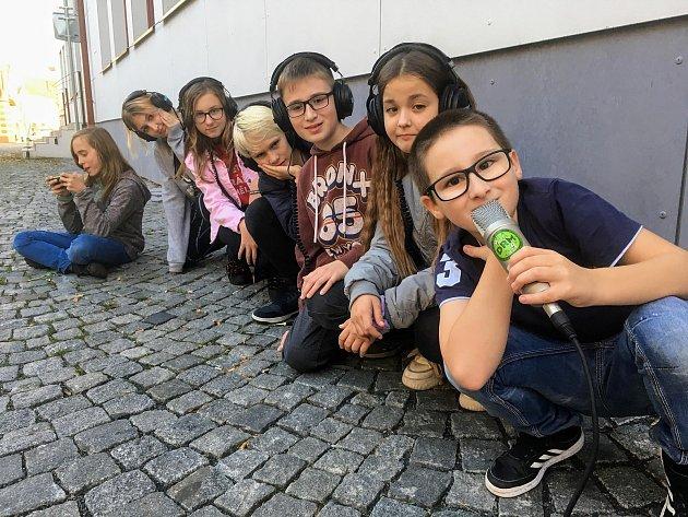 Za normálního stavu vysílá rádio vúterý ze studia na Mělníku a ve čtvrtek zLibiše od 18hodin.