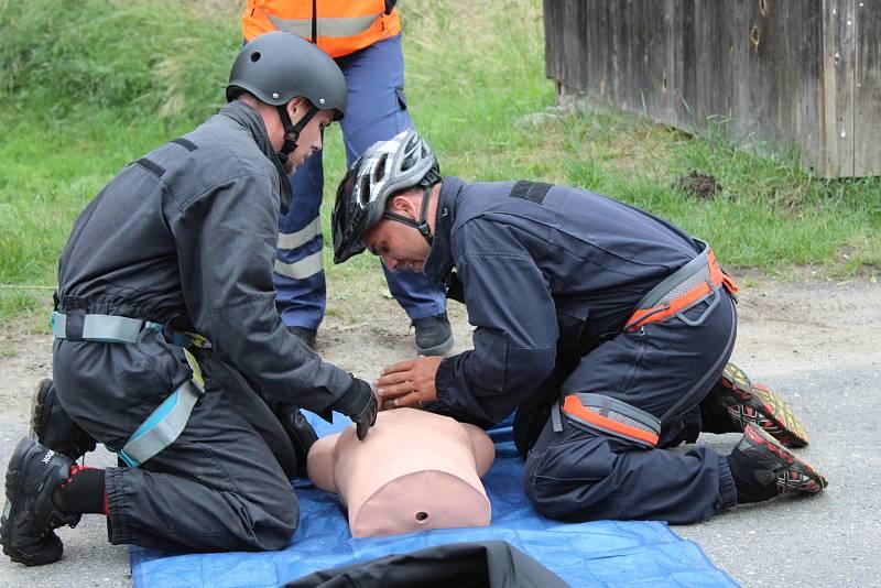 Letos se konal už desátý ročník extrémního závodu, kde mezi sebou soutěžily pětičlenné týmy z řad policistů, městských strážníků nebo hasičů.