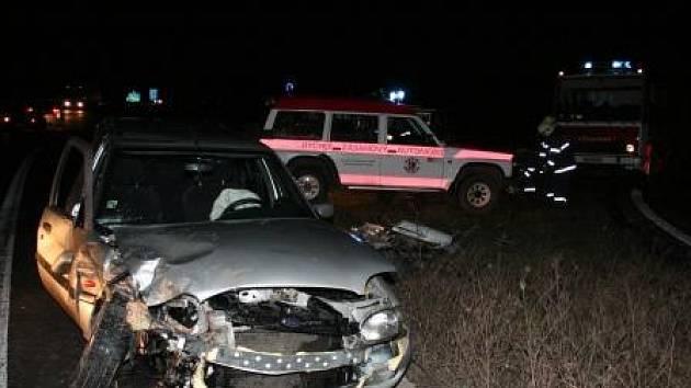 PO NÁRAZU.  Zdemolovaný Ford Escort, který řídil pětadvacetiletý viník nehody.