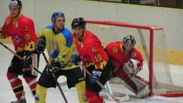 Jeden z roudnických útočníků si snaží vytvořit prostor před brankou Mělníka. Utkání 18. kola druhé hokejové ligy nakonec vyhrál domácí favorit 3:1.
