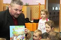 Pepa Melen na návštěvě v tišické školce dětem zpíval a četl.