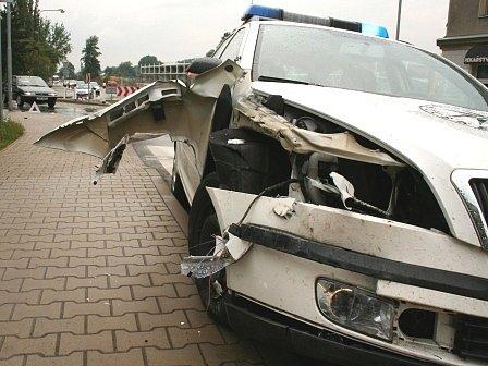 Takto vypadala pravá přední strana auta po nárazu.