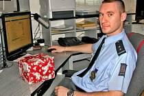 VÁNOCE v UNIFORMĚ. Svou první štědrovečerní službu už  má mělnický policista Marek Zahrádka za sebou. Další sváteční dny strávil s rodinou.