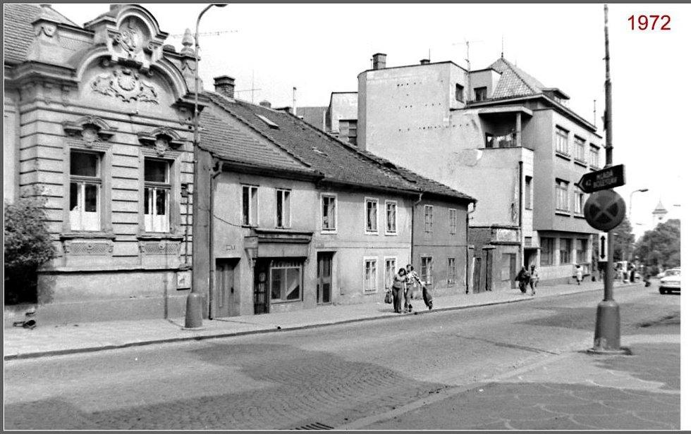 Pohled z Pražské ulice od náměstí Karla IV. v roce 1972. Záložna na snímku vpravo.