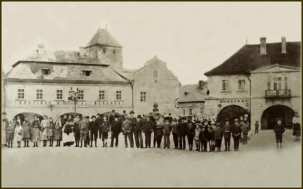 Fotografie z roku 1890. Hostinec U Zlatého beránka - podoba z doby baroka.
