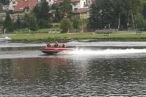 Profesionální hasiči z Roztok trénovali ovládání člunu