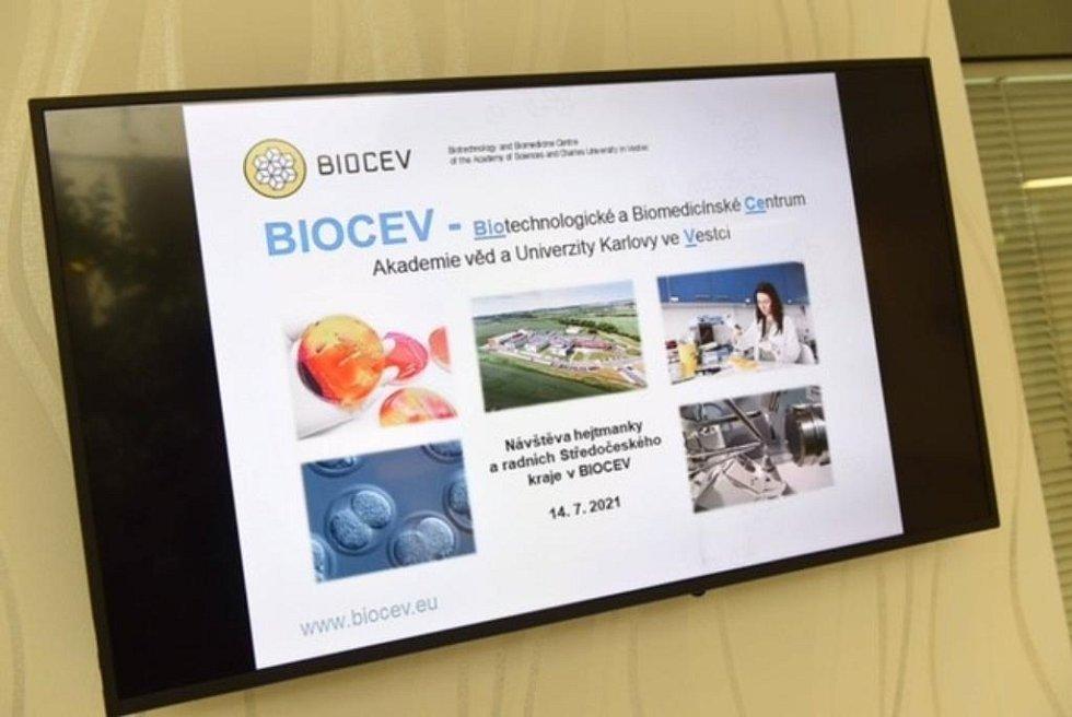 Zástupci Středočeského kraje navštívili výzkumné centrum BIOCEV.