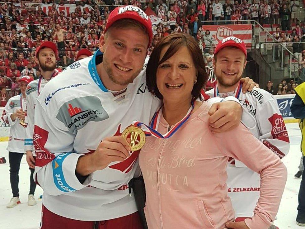 Šťastná Dagmar Husáková se svým synem Patrikem, čerstvým mistrem hokejové extraligy.