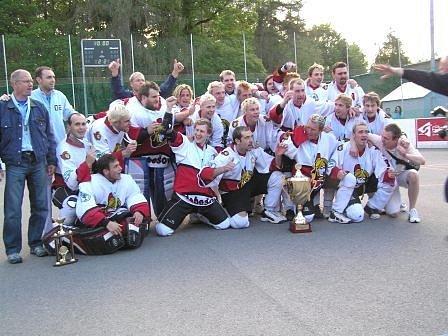 Trenér extraligových mistrů ČR v hokejbalu Jiří Tyburec (první zleva) si nenechal ujít první zápas finálové série Petroniova poháru kralupské AHL. Jak přiznal, byl si vyhlídnout nové posily pro svůj tým Habešovna Gladiátors.