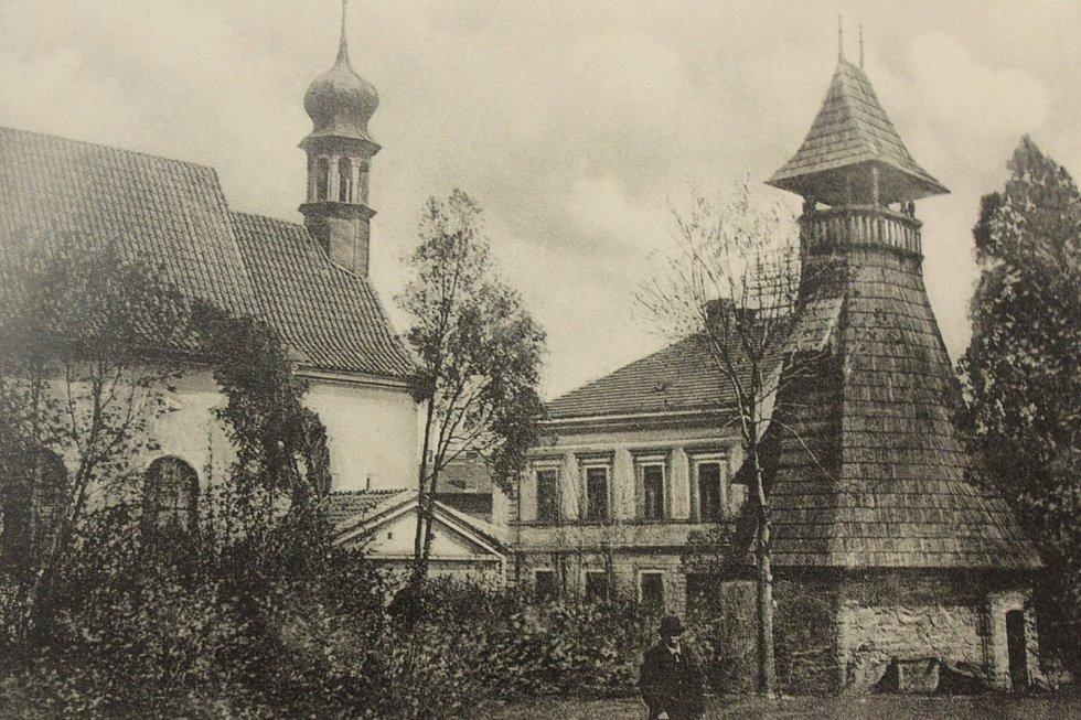 Za kostelem vznikla v letech 1906 až 1907 dřevěná zvonice podle projektu Antonína Wiehla. Stojí dodnes. Pohlednice pochází z roku 1922.