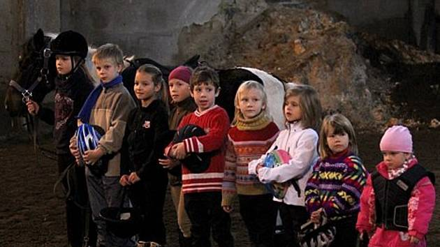 Jezdecká akademie konaná na svátek svatého Martina všem příchozím ukázala, kolik se toho děti při tréninku jízdy na ponících již naučily.