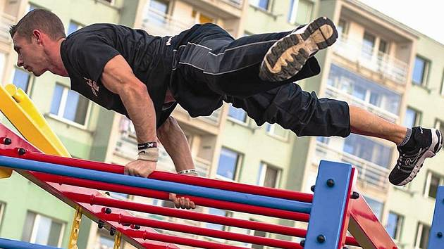 Pablo Chris Novák z Workoutu Mělník zájemcům ukázal jednotlivé cviky.