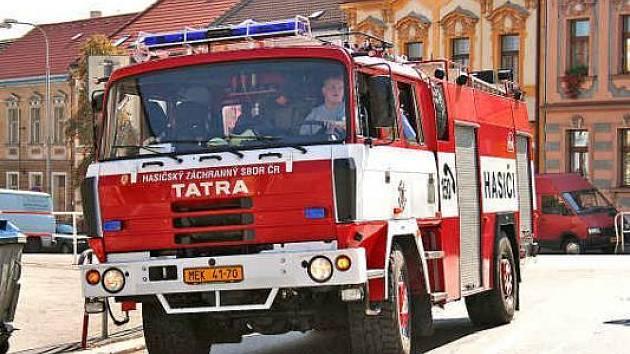 ZKOUŠKA průjezdnosti mělnickými ulicemi skončila katastrofálně. Že by hasiči nedokázali projet tak vysokým počtem míst, asi nikdo nečekal. Ilustrační foto