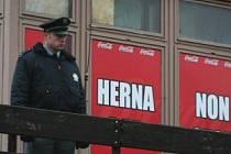 Policista u baru, u kterého se bitka odehrála.