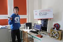 Finanční částka 53 607 Kč, kterou studenti poctivě vyšlapali na kolech, byla škole předána prostřednictvím Nadace ČEZ a byla použita na modernizaci počítačového vybavení v učebně fyziky .