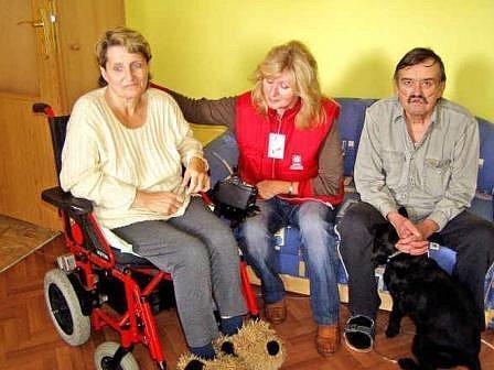 PEČOVATELKA NA NÁVŠTĚVĚ. Manželé Jana a Václav Šmejkalovi se svou pečovatelkou Annou Pecharovou (uprostřed)