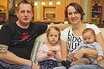 Petra a Martin Křečkovi žijí se svými dvěma dětmi, tříletou Kačenkou a dvouměsíčním Tomáškem, v Ovčárech v dvojdomku s Martinovo maminkou.