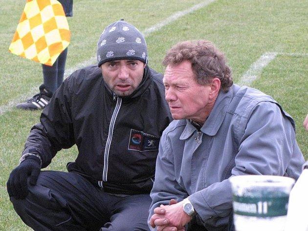 Řepínský trenér Miroslav Vlk (vpravo) se radí se svým asistentem Alešem Kratochvílem během domácího utkání s Lužcem (6:0).