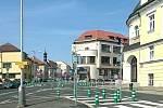 Velká křižovatka čtyř ulic v současné podobě s balisety, na které nadávají snad všichni Mělničané.
