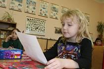 Prvňáci z mělnické základní školy v Mlazicích při rozdávání vysvědčení.