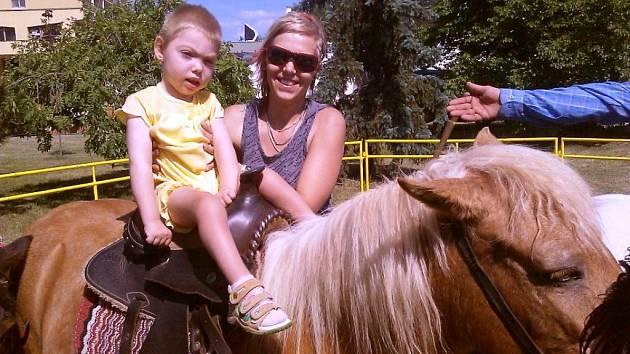 Malá Adélka Krajová se svou maminkou Monikou Urbanovou.