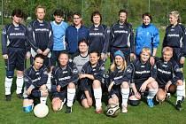 Ženský tým SK Viktoria Všestudy při přátelském utkání v Dolanech loni v květnu.