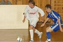 Hráč Fenixu Jaroslav Langmajer (u míče) se před sezonou stihl vedle prestižního turnaje na Kladně v barvách Neratovic zúčastnit i přípravy národního mužstva.