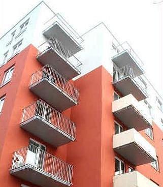 NOVOSTAVBA.  První z několika nových bytových domů už je po kolaudaci. Bydlí v něm první majitelé. Druhý dům, který hodlá firma postavit, nebude červený, ale modrý.