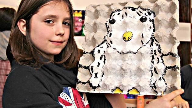 Děti malovaly portréty na plata od vajíček.