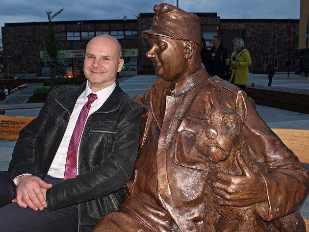 Socha Josefa Švejka se sochařem Albertem Kraličkem.