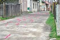 Jaroslav Havel umístil do každé z děr na pětačtyřicet metrů dlouhé části Máchovy ulice červený praporek. Dohromady jich tam bylo 80!