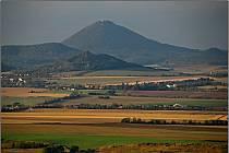 Při své cestě vyfotil Milešovku, Házmburk, Libochovice, Říp či horu Ostrý