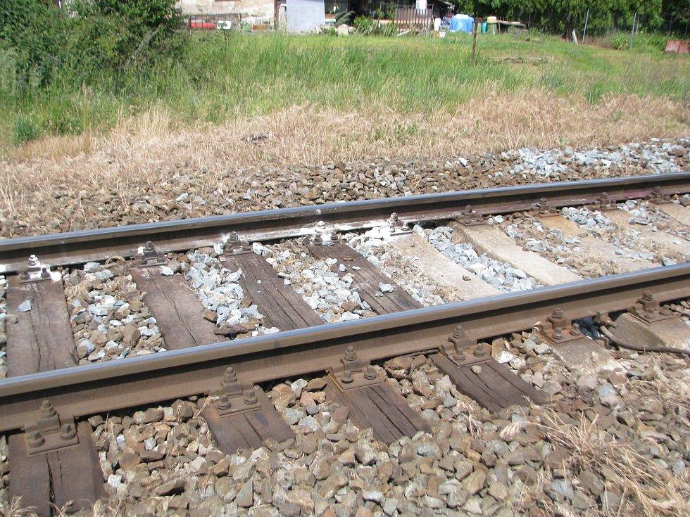 Na trati u Mlékojed, kde ve středu 24. května v ranních hodinách zemřel třiadvacetiletý mladík, už měsíc stojí pomníček šestnáctiletých dívek, které pod koly vlaky ukončily svůj život dobrovolně.
