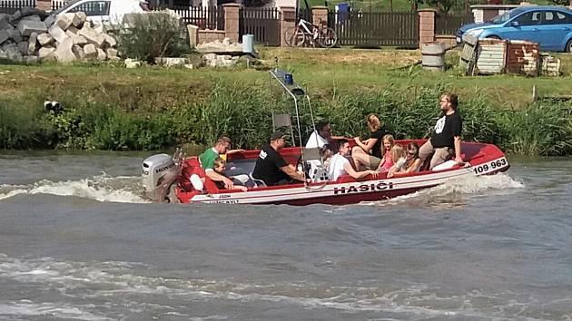 Ve své výbavě mají lužečtí hasiči i člun, který využili pro vyhledávání tonoucího.