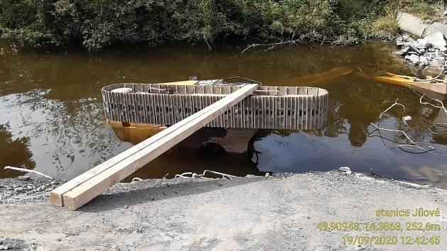 Utopený bagr u Měchenic.