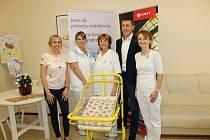 Mobilní a polohovatelnou novorozeneckou postýlku získala porodnice v mělnické nemocnici jako dar od společnosti, která nabízí zdravotnická a pečovatelská lůžka. Postýlku v hodnotě 13 500 korun převzala  primářka neonatologického oddělení Radka Chumová.